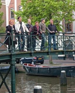 ryhmää sillalla